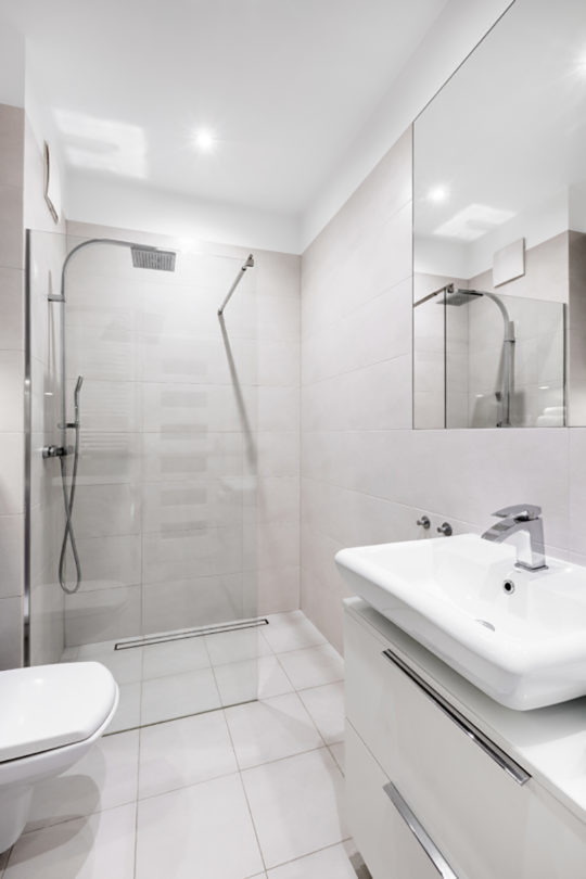 Tips to make a small bathroom look bigger easy drain - How to make a small bathroom look larger ...