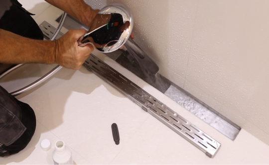 Comment nettoyer votre caniveau de douche en 3 tapes - Nettoyer des joints de douche ...