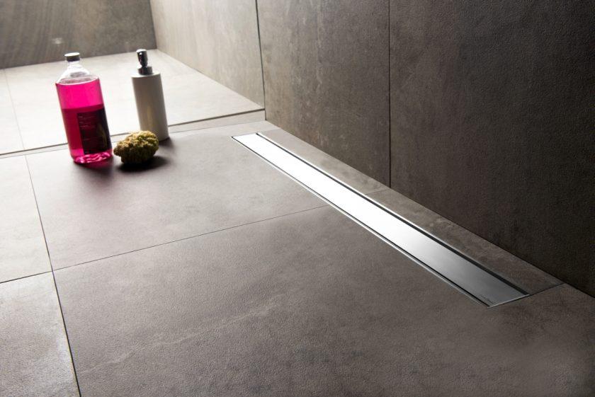 Xania Wet wird im Badezimmer durch gebürstet