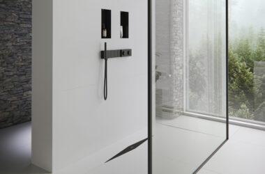 Sorte detaljer i et badeværelse